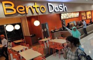 Pengunjung melewati gerai makanan khas Jepang Bento Dash di Suzuya Mall, Banda Aceh (Foto M Iqbal/SeputarAceh.com)
