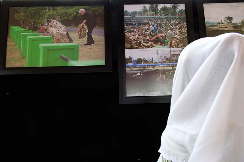 Pengunjung melihat foto Bill Clinton mantan Presiden Amerika Serikat ke-42 dalam peringatan 11 tahun tsunami di Masjid Rahmatullah, Lampuuk, Aceh Besar (Foto M Iqbal/SeputarAceh.com)