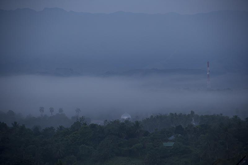 Kubah masjid dan tower pemancar terlihat diantara kabut pagi di lembah Seulawah Aceh Besar (Foto M Iqbal/SeputarAceh.com)