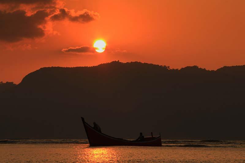 Perahu nelayan kembali ke pantai ketika suasana sunset di Ulee Lheue, Banda Aceh (Foto M Iqbal/SeputarAceh.com)