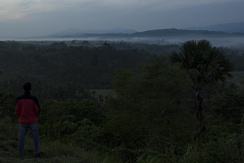 Warga melihat kabut pagi di bukit lembah Seulawah Aceh Besar (Foto M Iqbal/SeputarAceh.com)