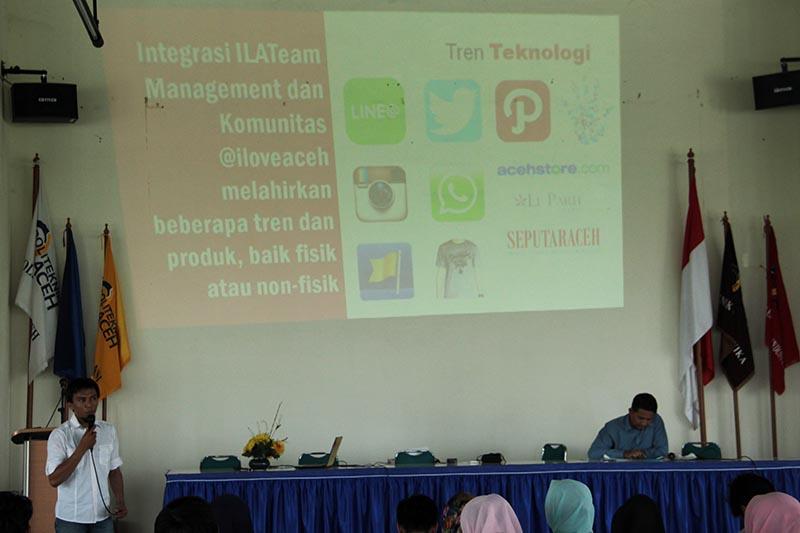 Aulia Fitri pemilik akun sosial media @iloveaceh memaparkan tentang 'Social Media for Social Good' di Aula Politeknik Aceh (Foto M Iqbal/SeputarAceh.com)