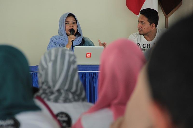 Dhenok Pratiwi menjelaskan tentang situs petisi 'change.org' acara workshop 'Social Media for Social Good' di Aula Politeknik Aceh (Foto M Iqbal/SeputarAceh.com)