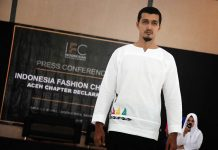 Model memperagakan busana karya desainer Khairul Ija Kroeng acara Indonesia Fashion Chamber Chapter Aceh di Aula SMK I, II, III, Lhong Raya, Banda Aceh (Foto M Iqbal/SeputarAceh.com)