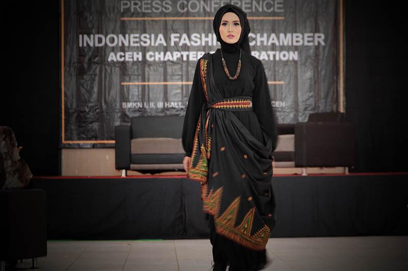 Model memperagakan busana muslimah acara deklarasi Indonesia Fashion Chamber Chapter Aceh di Aula SMK I, II, III, Lhong Raya, Banda Aceh (Foto M Iqbal/SeputarAceh.com)