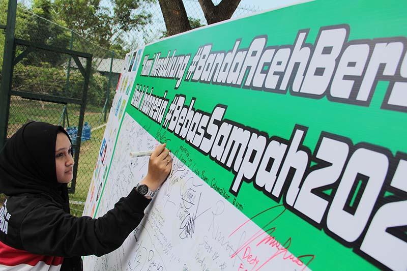 Para lintas komunitas menanda tangani dukungan Banda Aceh bersih untuk Indonesia bebas sampah 2020 (Foto M Iqbal/SeputarAceh.com)