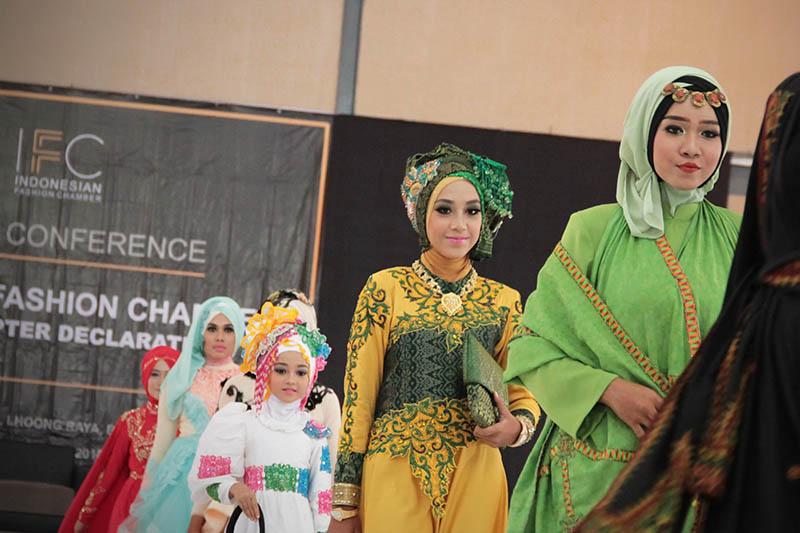 Para model memperagakan busana acara deklrasi Indonesia Fashion Chamber Chapter Aceh di Aula SMK I,II,II, Lhong Raya, Banda Aceh (Foto M Iqbal/SeputarAceh.com)