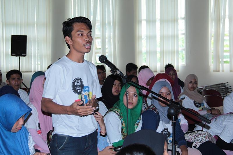 Peserta mengajukan pertanyaan kepada pembicara workshop 'Social Media for Social Good' di Aula Politeknik Aceh (Foto M Iqbal/SeputarAceh.com)