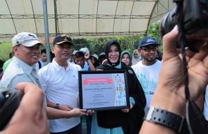 Piagam komitmen yang ditanda tangani oleh Ibu Illiza Sa'aduddin Djamal Wali Kota Banda Aceh untuk program bebas sampah 2020 di Hutan Kota BNI, Tibang (Foto M Iqbal/SeputarAceh.com)