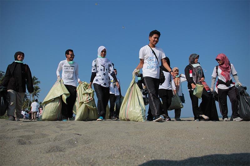 Puluhan komunitas menggelar aksi Hari Peduli Sampah Nasional 2016 di pantai Alue Naga, Banda Aceh (Foto M Iqbal/SeputarAceh.com)