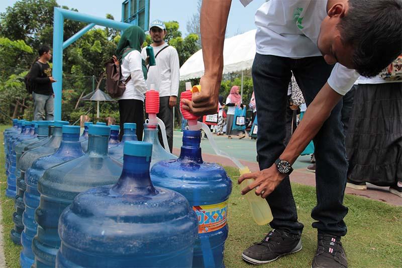 Relawan aksi peduli sampah nasional mengisi ulang air minum ke dalam botol tumbler di Hutan Kota BNI, Banda Aceh (Foto M Iqbal/SeputarAceh.com)