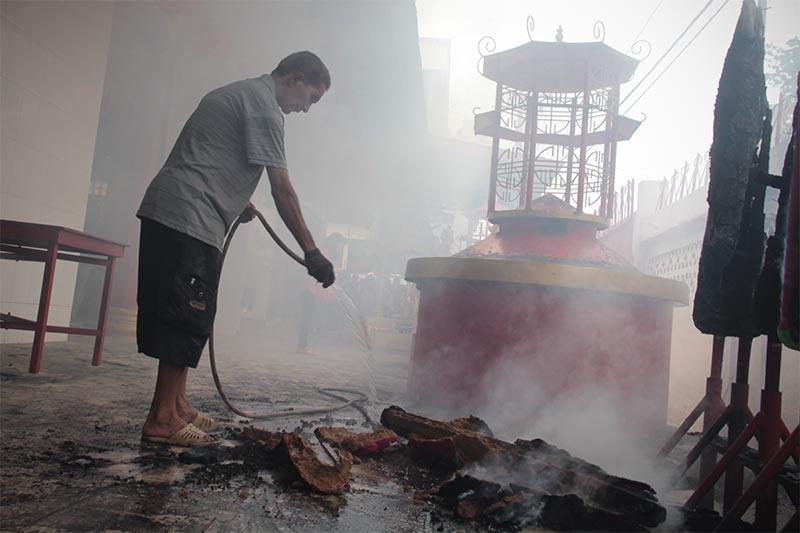 Seorang petugas Vihara membersihkan sisa pembakaran Hio perayaan tahun baru Imlek 2567 di Vihara Dharma Bakti, Peunayong, Banda Aceh (Foto M Iqbal/SeputarAceh.com)
