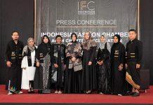 Wali Kota Banda Aceh Illiza Sa'aduddin Djamal dan Darwati A Gani foto bersama para desainer Indonesia Fashion Chamber Chapter Aceh di Aula SMK I,II,II, Lhong Raya, Banda Aceh (Foto M Iqbal/SeputarAceh.com)