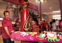 Warga etnis Tionghoa membakar Hio ukuran besar bermotif naga yang melambangkan kesuksesan dalam berdagang, perayaan tahun baru Imlek 2567 di Vihara Dharma Bhakti, Banda Aceh (Foto M Iqbal/SeputarAceh.com)