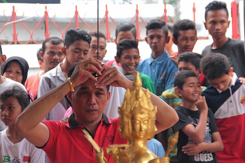 Warga etnis Tionghoa melakukan sembahyang menghadap altar 'Se Mien Fo' patung Buddha berwajah empat (Phra Phrom) di Vihara Dhrama Bakti, Banda Aceh (Foto M Iqbal/SeputarAceh.com)