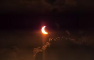 Gerhana matahari parsial menggunakan klise film pada pukul 7.20 pagi terlihat dari Gedung TDMRC di Banda Aceh (Foto M Iqbal/SeputarAceh)