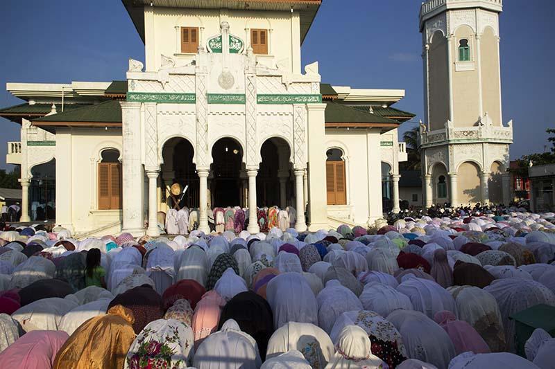 Jama'ah melaksanakan Shalat Kusuf pukul 7.35 pagi di Masjid Baiturrahim, Ulee Lheue, ketika terjadi gerhana matahari di Banda Aceh (Foto M Iqbal/SeputarAceh.com)