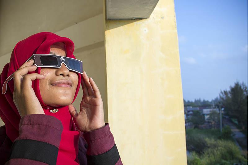 Warga melihat gerhana matahari menggunakan kaca mata filter ND5 di Gedung TDMRC, Banda Aceh (Foto M Iqbal/SeputarAceh.com)