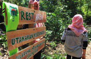 Mahasiswa pertanian Caniva Unsyiah mengecat pamplet ketika berada di pos peristirahatan, Lhok Mata Ie (Foto M Iqbal/SeputarAceh.com)
