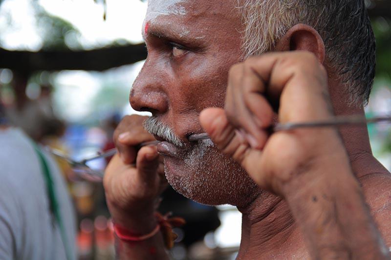 Penganut Hindu keturunan Tamil India bernazar menusuk diri dengan logam lembing senjata milik Dewa Murugan ritual Pangguni Uthiram di gampong Keudah, tepi kali Krueng Aceh (Foto M Iqbal/SeputarAceh.com)