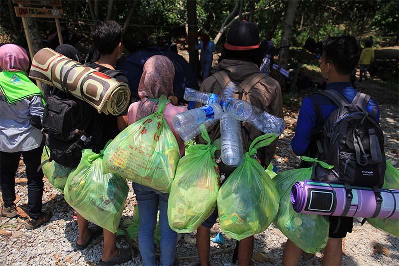 Relawan membawa sampah dari pantai Lhok Mata Ie untuk di bawa ke pos pengumpulan sampah di desa Lampageu, Aceh Besar (Foto M Iqbal/SeputarAceh.com)