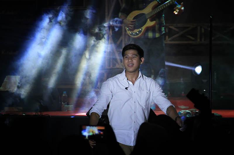 Nino vokalis RAN menyapa para penggemarnya live konser The Annual Radio Unplugged 2016 di gedung AAC Dayan Dawood, Darussalam, Banda Aceh (Foto M Iqbal/SeputarAceh.com)