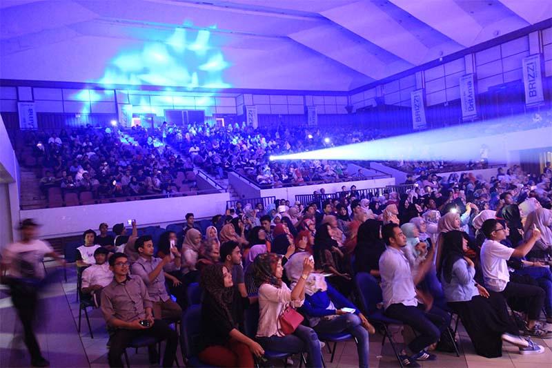 Para penonton antusias melihat penampilan grup musik RAN di atas panggung (Foto M Iqbal/SeputarAceh.com)