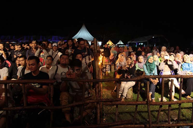 Penonton pria dan wanita menyaksikan grup band alternatif Payung Teduh acara Aceh Clothing Festival 2016 (Foto M Iqbal/SeputarAceh.com)