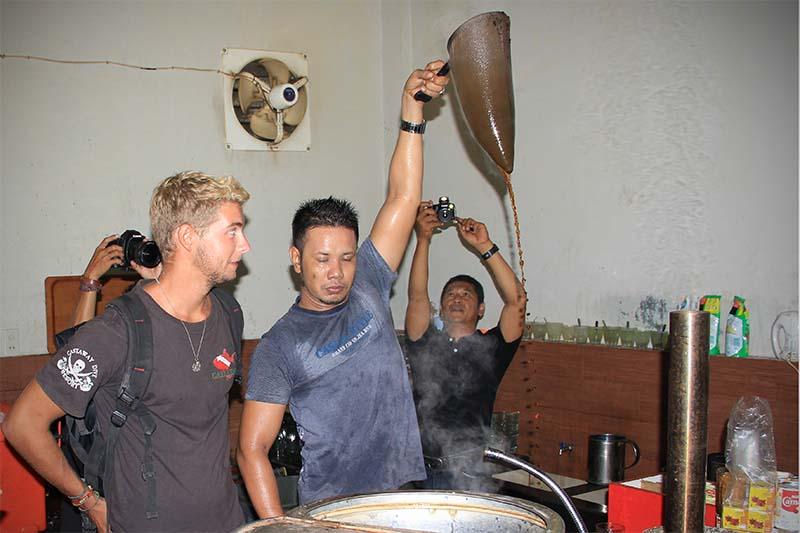 Peserta pelayar Sabang Marine melihat proses penyaringan kopi (Foto M Iqbal/SeputarAceh.com)