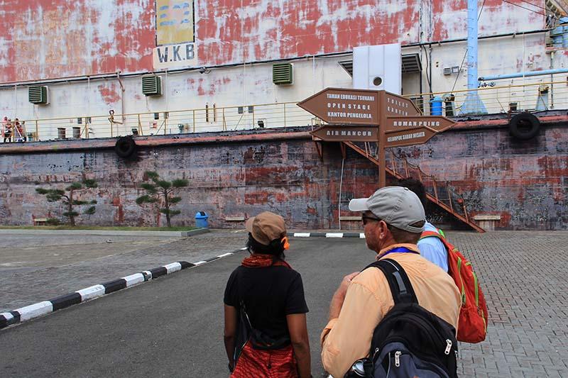 Peserta pelayar Sabang Marine mengunjungi kapal PLTD Apung yang terhempas dari lautan akibat Tsunami (Foto M Iqbal/SeputarAceh.com)