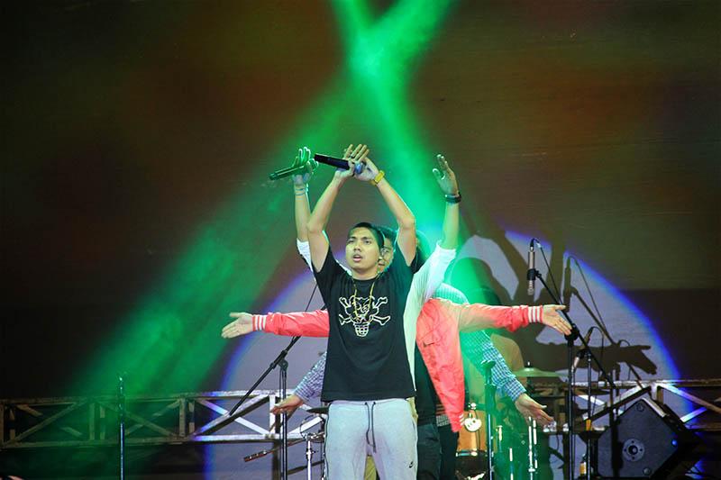Rayi rapper RAN tampil dalam live konser The Annual Unplugged 2016 di gedung AAC Dayan Dawood, Darussalam, Banda Aceh (Foto M Iqbal/SeputarAceh.com)