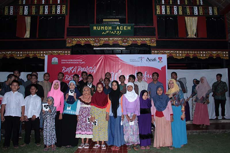 Foto bersama anak yatim acara buka puasa Wonderful Ramadhan di Aceh di Museum Aceh (Foto M Iqbal/SeputarAceh.com)
