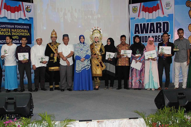 Foto bersama para penerima Award Pemuda Kreatif acara Pelantikan Pengurus KNPI Kota Banda Aceh (Foto M Iqbal/SeputarAceh.com)