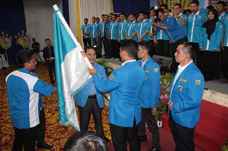 Penyerahan simbolis penggantian kepengurusan KNPI Kota Banda Aceh (Foto M Iqbal/SeputarAceh.com)