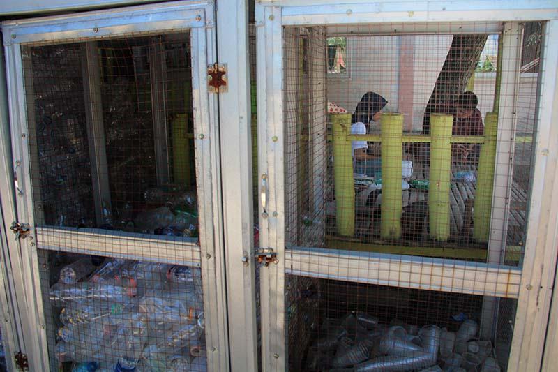 Wadah tempat barang bekas pakai sebagai 'Bank Sampah' yang dikelola oleh anak-anak binaan gampong Nusa (Foto M Iqbal/SeputarAceh.com)