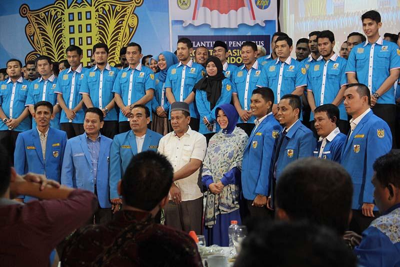 Wali Kota Banda Aceh Illiza Sa'aduddin Djamal, SE, foto bersama pengurus KNPI (Foto M Iqbal/SeputarAceh.com)