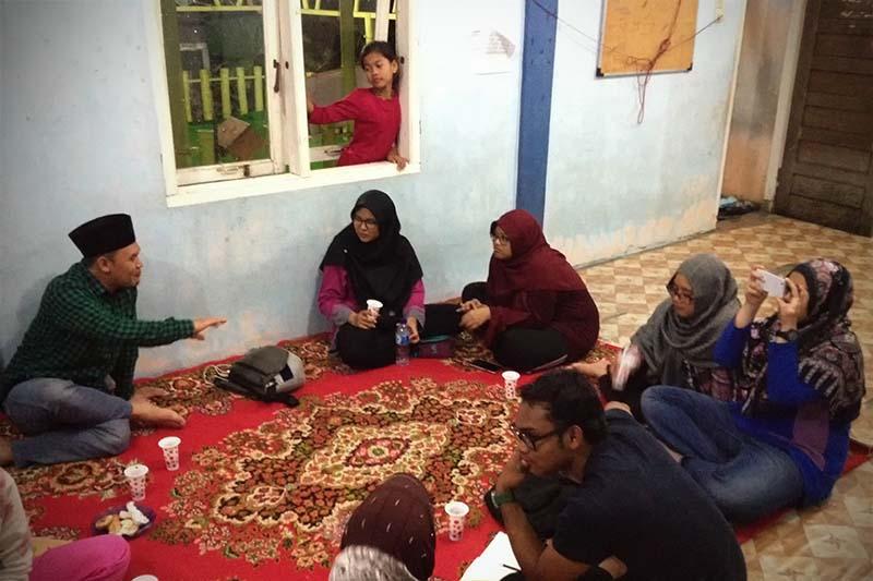 Wisatawan berdiskusi sembari minum kopi dengan warga gampong Nusa (Foto M Iqbal/SeputarAceh.com)