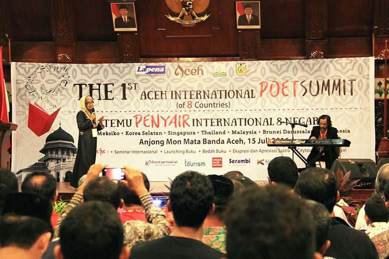 De Kemalawati membaca puisi diiringi musik oleh Moritza Taher acara Aceh International Poet Summit (Foto M Iqbal/SeputarAceh.com)