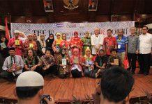 Wali Kota Banda Aceh foto bersama dengan para penyair dari berbagai negara acara Aceh International Poet Summit (Foto M Iqbal/SeputarAceh.com)