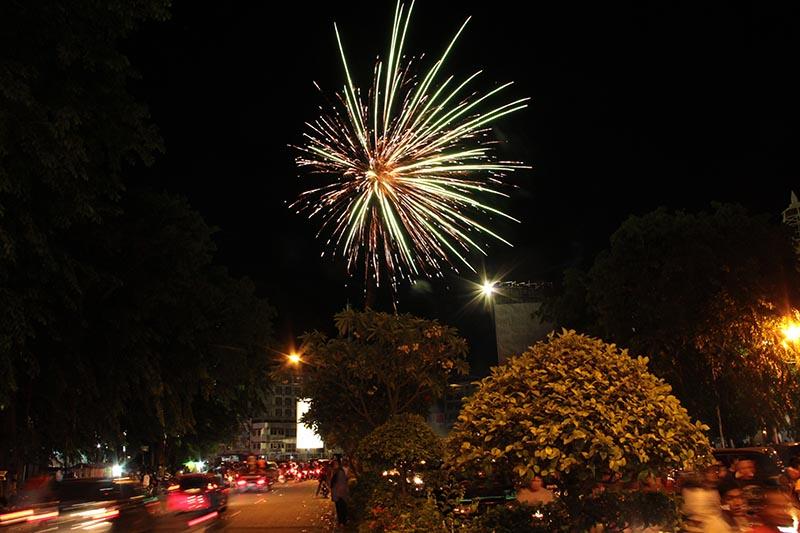 Kembang api meletus pada saat perayaan Hari Raya Idul Fitri di Simpang Lima kota Banda Aceh (Foto M Iqbal/SeputarAceh.com)