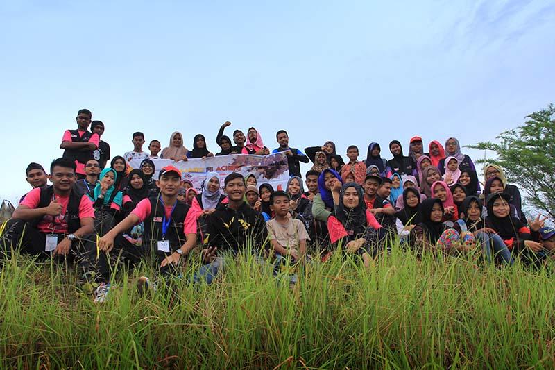 Mahasiswa Universiti Malaysia Terengganu foto bersama anak-anak gampong Nusa, Lhoknga, Aceh Besar (Foto M Iqbal/SeputarAceh.com)