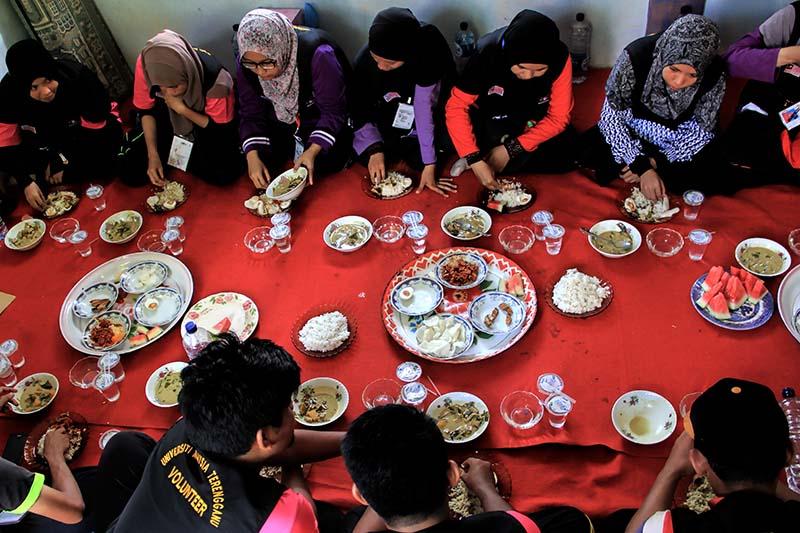 Mahasiswa Universiti Malaysia Terengganu menikmati sajian makanan khas Aceh Kuah Pliek U di Gampong Nusa, Lhoknga, Aceh Besar (Foto M Iqbal/SeputarAceh.com)