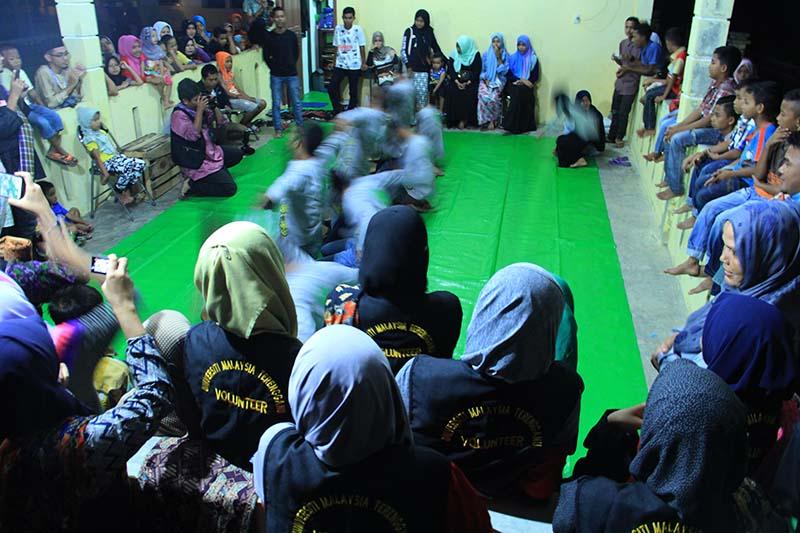 Mahasiswa Universiti Malaysia Terengganu menyaksikan penampilan Rapa-i oleh komunitas Al-Hayah di Gampong Nusa (Foto M Iqbal/SeputarAceh.com)