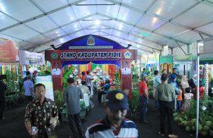 Pengunjung memadati stand acara Peda KTNA 2016 di pelataran Stadion Harapan Bangsa Lhong Raya, Banda Aceh (Foto M Iqbal/SeputarAceh.com)