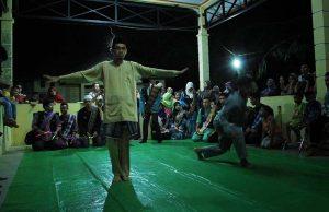 Pertunjukan Silat dari mahasiswa Universiti Malaysia Terengganu di balai Gampong Nusa, Lhoknga, Aceh Besar (Foto M Iqbal/SeputarAceh.com)