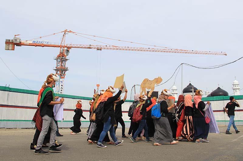 Peserta aksi Hari Harimau Sedunia melewati pembangunan renovasi Masjid Raya Baiturrahman (Foto M Iqbal/SeputarAceh.com)