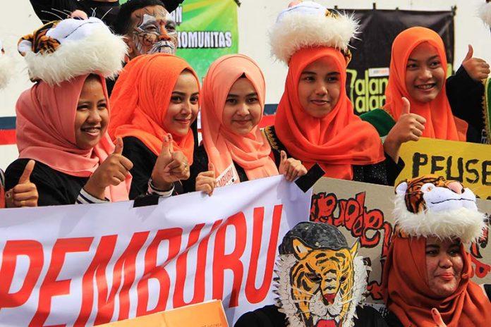 Sejumlah lintas komunitas acungkan jempol sebagai dukungan peringatan Hari Harimau Sedunia di Banda Aceh (Foto M Iqbal/SeputarAceh.com)