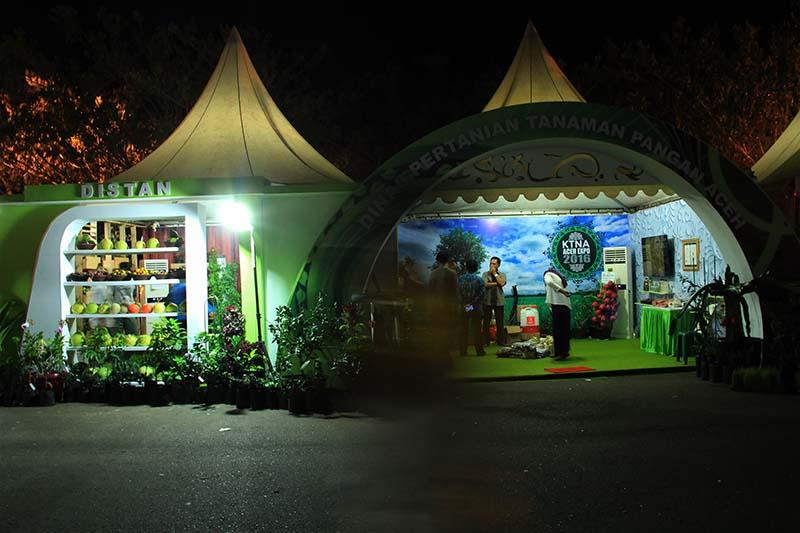 Stand Dinas Pertanian Tanaman Pangan Aceh menjual beberapa hasil pangan acara Pekan Daerah KTNA 2016 di pelataran Stadion Harapan Bangsa Lhong Raya, Banda Aceh (Foto M Iqbal/SeputarAceh.com)