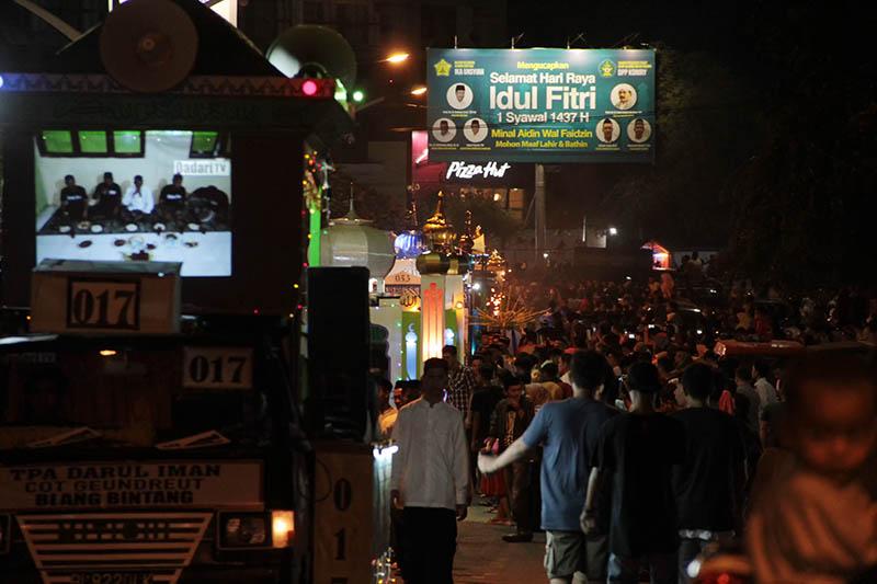 Suasana pawai malam takbiran Hari Raya Idul Fitri di kawasan Simpang Lima Banda Aceh (Foto M Iqbal/SeputarAceh.com)