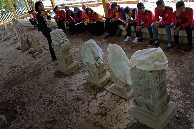 Arkeolog Dedi Satria menjelaskan beberapa tipologi nisan Aceh makam Po Teumeureuhom di Illie Ulee Kareng (Foto M Iqbal/SeputarAceh.com)